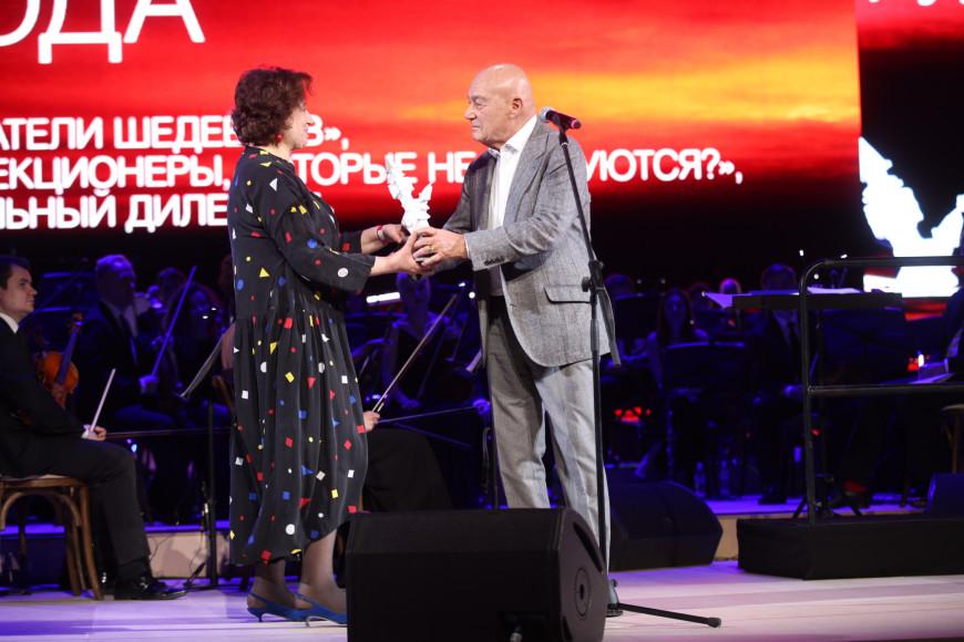 Владимир Познер вручает награду Наталье Семеновой