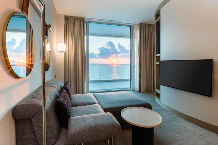 Номер Sunset с кроватью кинг-сайз и балконом с видом на море