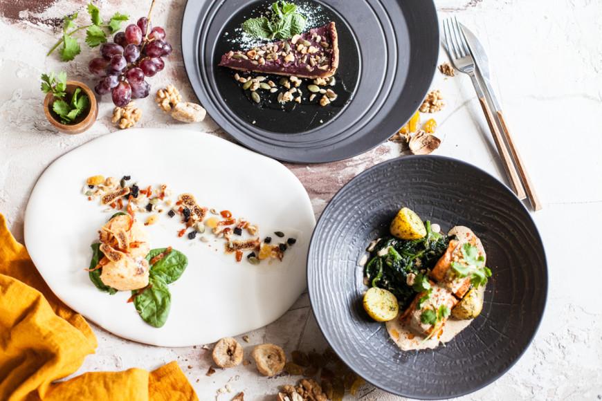 «Казбек», сет №1: салат с козьим сыром; лосось со шпинатом и баже; тарт из пеламуши