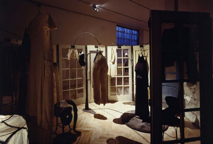 Луиза Буржуа, инсталляция «Келья» («Одежда»), 1996