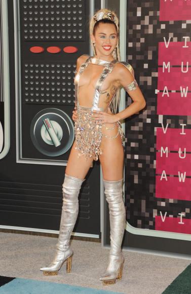На прошлогодних наградах MTV Video Music Awards наряд Майли Сайрус состоял из двух предметов: золотых ботфортов и нижней части бикини Atelier Versace, щедро декорированной стразами.