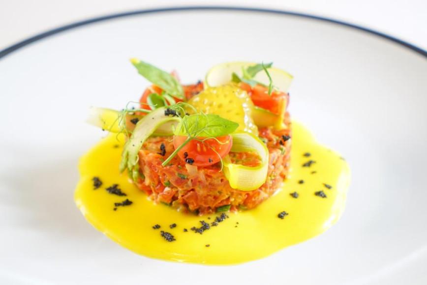 Тартар из вяленых бакинских помидоров, желтый гаспачо, пудра из черных оливок, 600 руб. (Quadrum)
