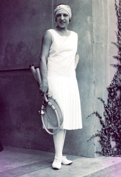 Француженке Сюзанн Ленглен между 1919 и 1925 годами удалосьстать победительницей Уимблдонского турнира 15 раз. Нодля началаона внесла собственные коррективы в привычный дресс-код: отказалась от корсета в пользу свободной блузки, шляпу заменила повязкой на голову, а многослойнуююбку—легкойплиссированной, купленнойв Париже у модельера Жана Пату.