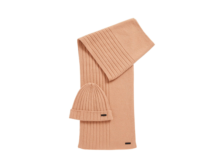Комплект из шапки и шарфа Hugo Boss, 15 500 руб. (бутики Hugo Boss)
