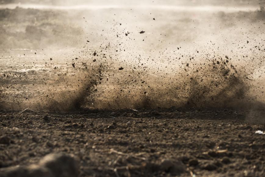 Грунт  Считается лучшим покрытием и имеет самую оптимальную жесткость: обладает отличной амортизацией, а, значит вред для ног будет минимальный. Обычно грунтовые тропинки находятся в парках. Единственный минус: в плохую погоду такие дорожки становятся чересчур грязными и скользкими.