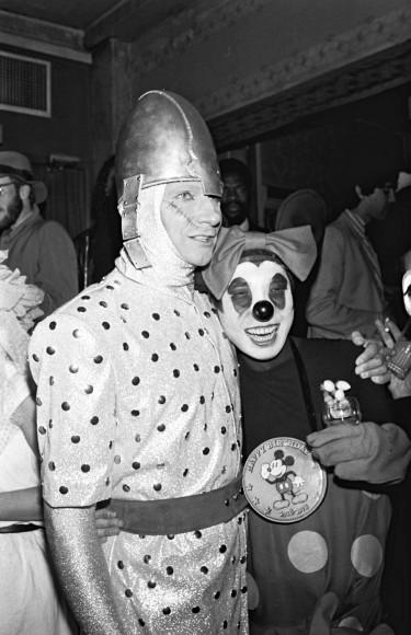 Кендзо Такада в костюме Микки Мауса во время вечеринки Kenzo в ночном клубе Palace в Париже в 1979 году