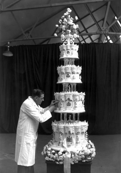 Кусок торта со свадьбы Елизаветы II и Принца Филиппа 1947 года — 560 фунтов стерлингов