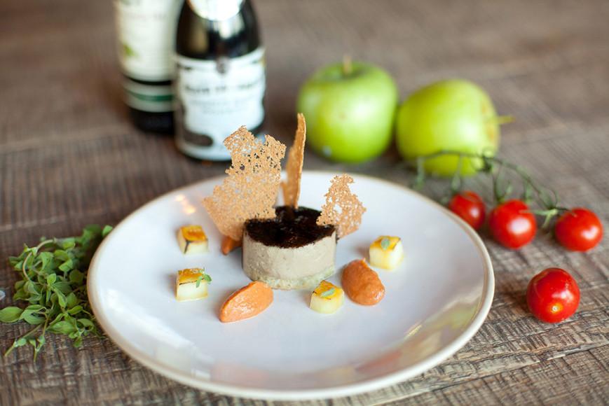 Домашниий крекер с парфе из куриной печени, заправленный карамелизированным бальзамическим кремом с опаленным яблоком