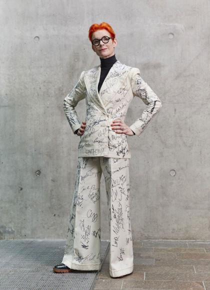 Сэнди Пауэлл в костюме своего же дизайна, подписанном голливудскими знаменитостями