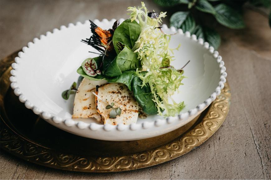 Теплый салат с морепродуктами на гриле
