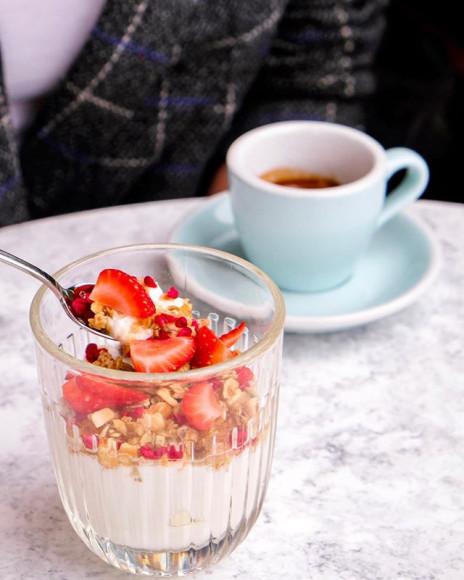 Домашний йогурт с гранолой и ягодами («Жемчуга»)