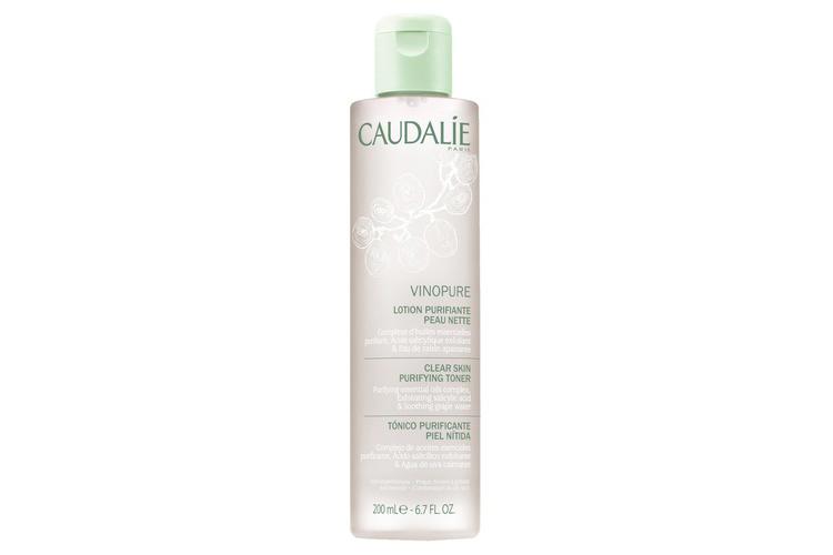 Очищающий тоник Vinopure, Caudalie обогащен натуральной салициловой кислотой, полифенолами винограда и органическими эфирными маслами, которые очищают и осветляют кожу, сужают поры, а также обеспечивают мгновенный освежающий эффект