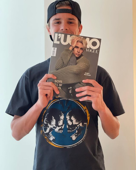 Ромео с журналом L'Uomo Vogue со своим фото на обложке