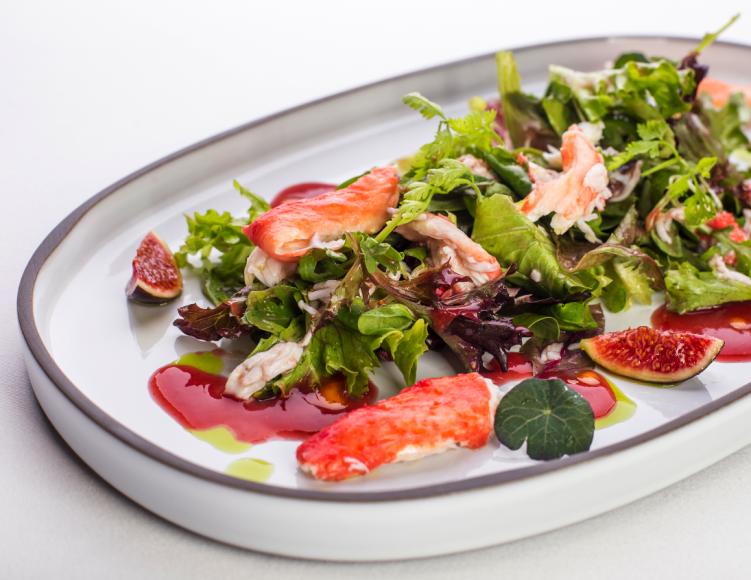 Салат с инжиром, камчатским крабом и листьями салата («Аист»)