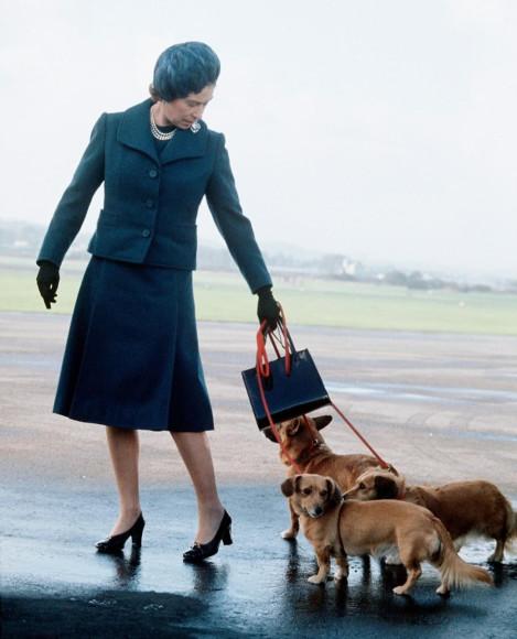 Елизавета II с сумкой Launer перед отпуском в Балморале, 1947 год