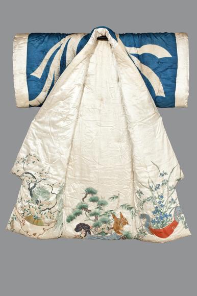 Кимоно для сна. Япония, 1780-1830 Шелковый атлас, узорный атлас, шелковые и металлические нити; ткачество, ручное крашение, рисунок тушью, вышивка