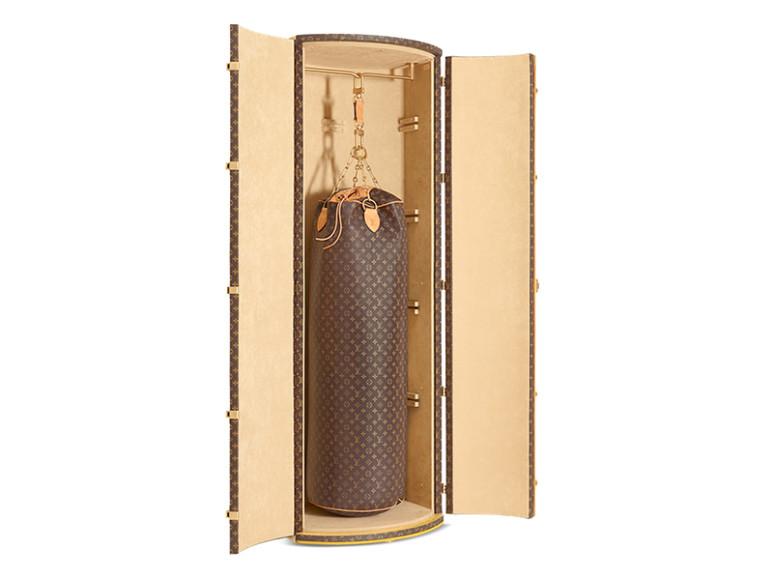 Сундук Louis Vuitton для боксерской груши, придуманный Карлом Лагерфельдом