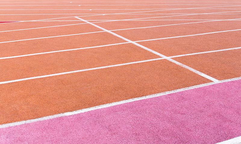 Стадионное покрытие  Прорезиненная крошка на стадионах и манежах также комфортна для бега, как и грунт. По таким поверхностям бегают на соревнованиях профессиональные бегуны — вспомнили красные дорожки с белыми разметками? Кстати, начинать бег на стадионах следует против часовой стрелки, так как именно правая нога у правшей является «толчковой» при беге, ею удобнее отталкиваться от земли и пробегать скругленные участки дистанции, уводя тело влево.