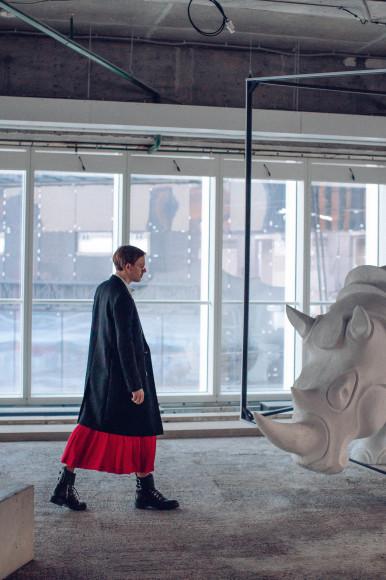 На Василии Михайлове: рубашка и пальто Saint Laurent, юбка Victoria Beckham, ботинки Balmain, очки Giorgio Armani
