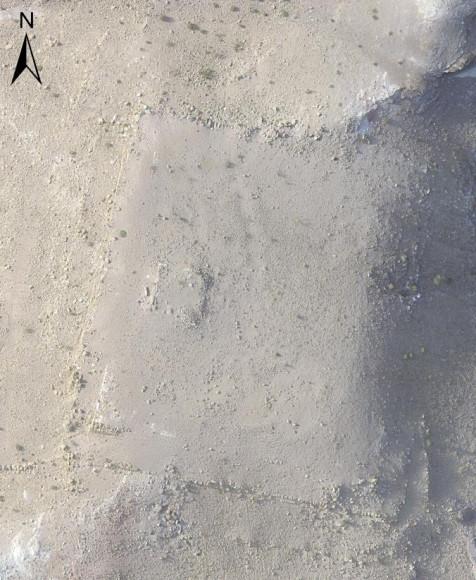 Спутниковый снимк высокого разрешения платформы засыпанной песком близ древнего города Петра