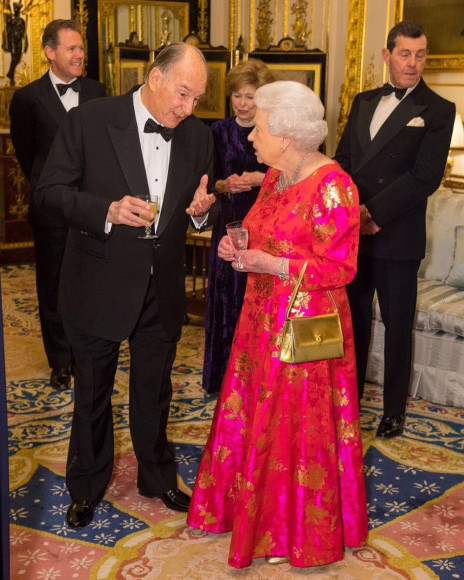Елизавета II с сумкой Launer на ужине в честь организации Aga Khan Development Network, 2018 год