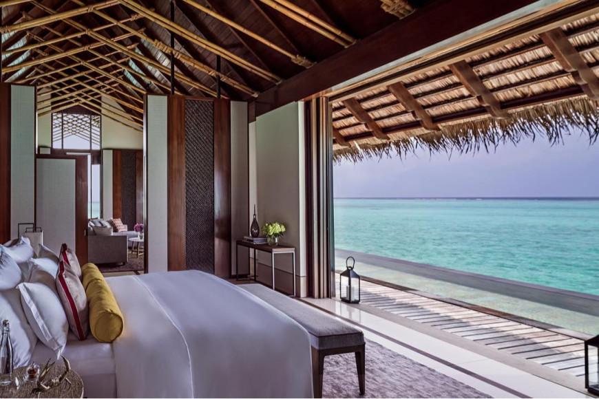 Спальня Grand Water Villa with pool на курорте One&Only Reethi Rah (Мальдивы)