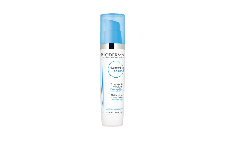 Увлажняющая сыворотка с гиалуроновой кислотой для обезвоженной кожи Hydrabio, Bioderma включает запатентованный компонент Aquagenium, который быстро восстанавливает процессы естественного увлажнения кожи, а также экстракт яблочных косточек, помогающий влаге проникать в глубокие слои кожи, и витамины РР и В3, стимулирующие защитные функции