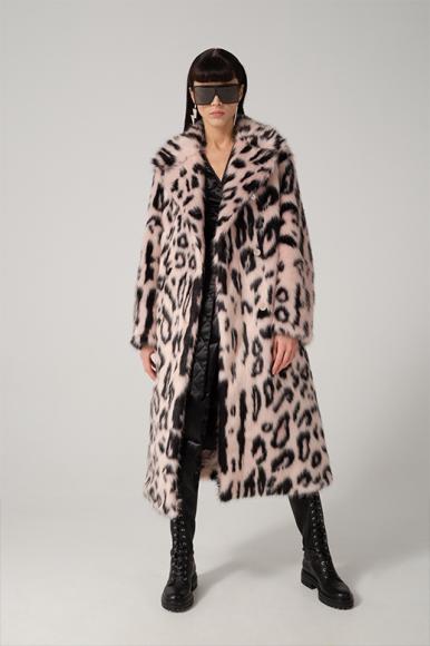 Очки Saint Laurent, серьги Isabel Marant, пальто Stella McCartney, платье Dries Van Noten, сапоги Gianvito Rossi