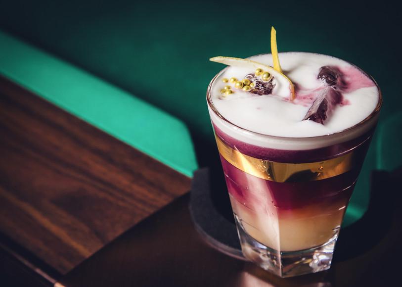 Винтажный американский коктейль Continental Sour (бурбон, порт, сахар, яичный белк и лимонный сок)