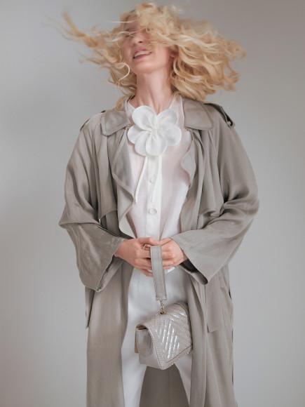 Тренч, блуза, брюки, сумка— все Giorgio Armani