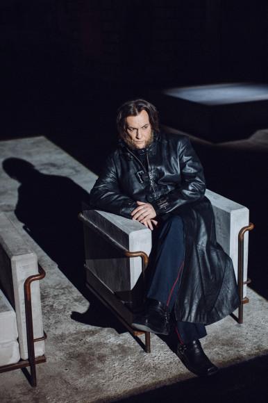 На Игоре Миркурбанове: рубашка, брюки, плащ, ботинки— собственность творческой группы