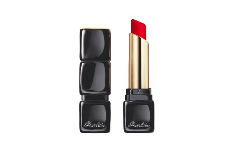 Матовая помада для губ KissKiss Tender Matte c эффектом сияния и комфорта на 16 часов, оттенок 910 Wanted Red, Guerlain