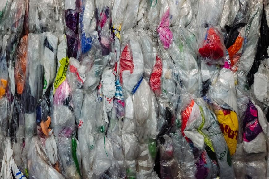 Процесс сортировки текстиля на складе «Лаут Ресайклинг» в Иваново