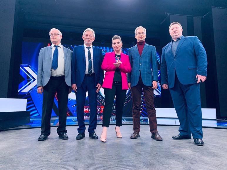 Ольга Скабеева в розовом жакете и туфлях Valentino