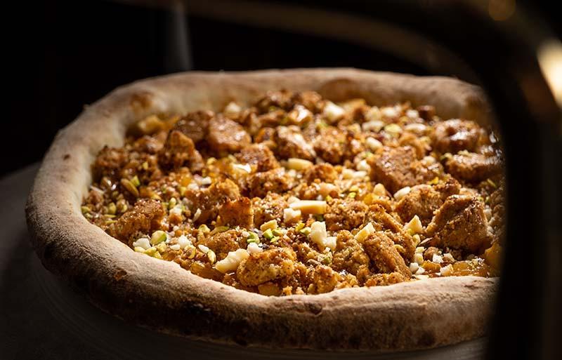 Пицца с карамелью и яблочным крамблом