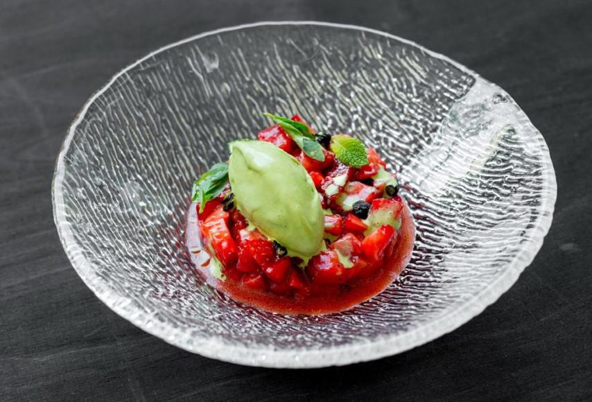 Тартар из клубники с мороженым из базилика и карамелизованными оливками, 550 руб. (Butler)