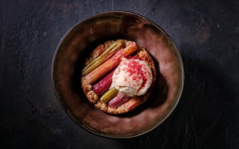 Пирог с ревенем и домашним мороженым «Рис-маскарпоне»