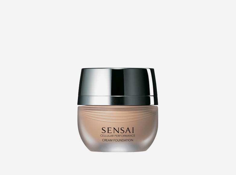 Как и все средства антивозрастной линии Cellular Performance, Sensai тональный крем обеспечивает коже хорошее увлажнение, повышает упругость, сокращает морщины и предотвращает их появление. А еще он визуально корректирует пигментные пятна, мелкие несовершенства и тусклый оттенок лица, делая его сияющим