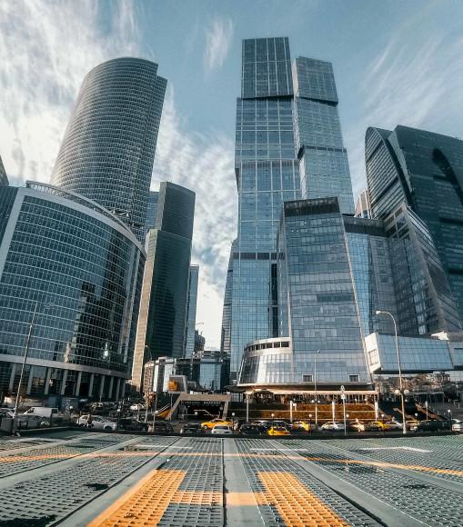 Широкоугольный объектив Samsung Galaxy A9 может с близкого расстояния захватить в кадр такие протяженные объекты, как башни Москвы-сити. Высота «Москвы»— 73 этажа, «Санкт-Пeтербурга» — 65