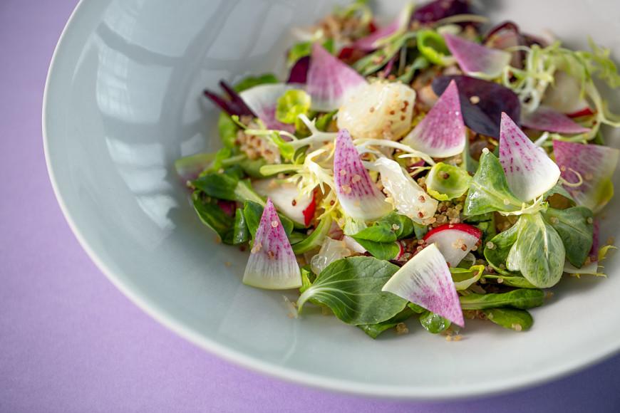 Салат с арбузным редисом, помело и васаби-соусом