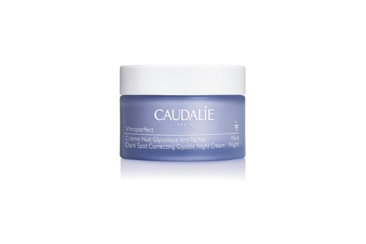 Ночной крем, выравнивающий тон кожи, с гликолевой кислотой и энзимам папайи Vinoperfect, Caudalie оказывает мягкое отшелушивающее действие. После использования кожа выглядит свежей и сияющей