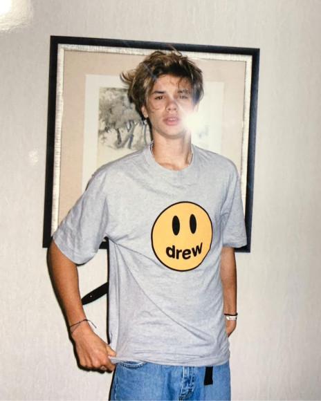 Ромео Бекхем в футболке бренда Drew House, основанного Джастином Бибером