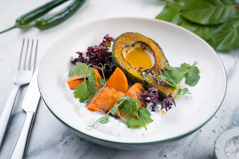 Салат с бататом и авокадо на гриле с соусом харисса