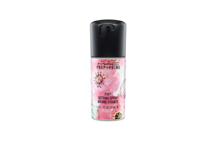 Фиксирующее средство в спрее Prep + Prime Fix +, MAC сделано на водной основе с витаминами и минералами с добавлением зеленого чая, ромашки и огурца. Средство мгновенно успокаивает и освежает кожу, увлажняет, освежает, придает мягкий блеск и завершает макияж