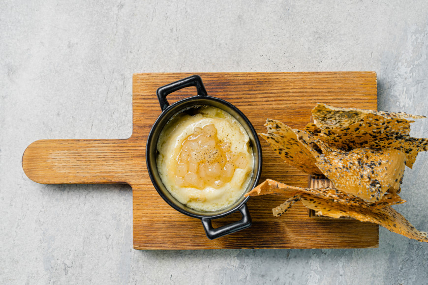 Запеченный сыр «Брийя де Шевр»,чатни из груши и хрустики с семечками