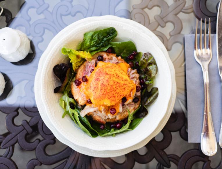 Тост с горбушей, яйцом, авокадо, рикоттойи брусникой («Кафе Пушкинъ»)