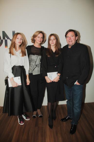 Марина Гисич с мужем Жаром-Габриелем Аркеросом и дочерьми
