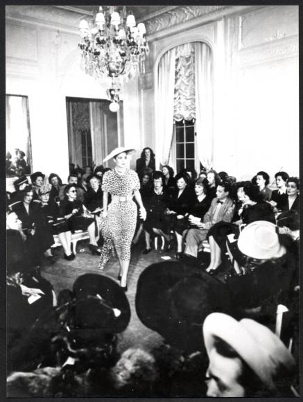Костюм, украшенный принтом «Jungle», показ Christian Dior 1947 год