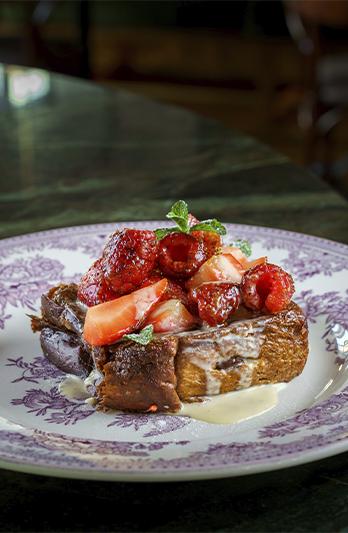 Французский тост с карамелью и ягодами