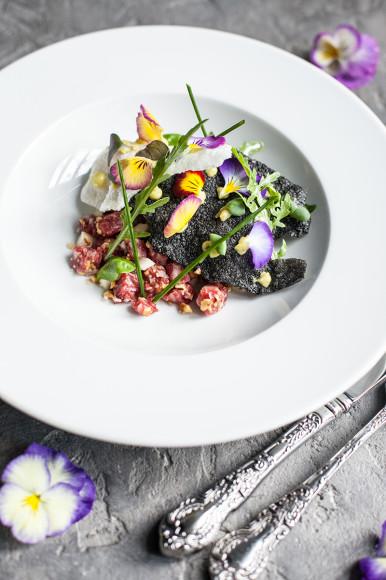 Тартар из мраморной говядины с топинамбуром и грецким орехом